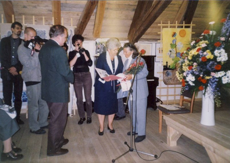 Hana Greenfield taking over the honorary citizenship of the Terezín town from the hands of the Mayor of Terezín Růžena Čechová, 2001
