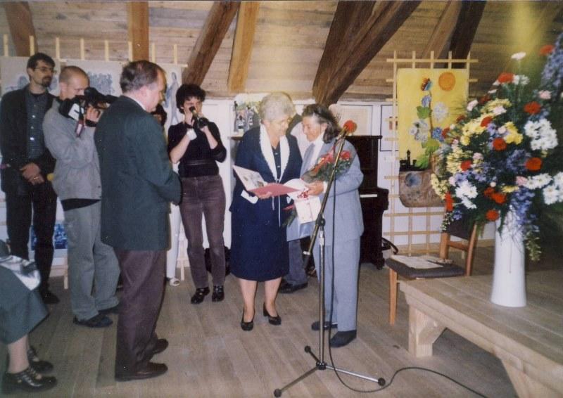 Z rukou starostky města Terezín Růženy Čechové přebírá Hana Greenfieldová čestné občanství města Terezín, r. 2001