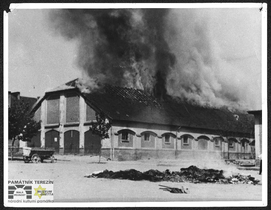 """Hořící """"jízdárna"""" v pobočce KT Flossenbürg v Litoměřicích při likvidaci tyfové epidemie, květen 1945, FAPT 105_2"""