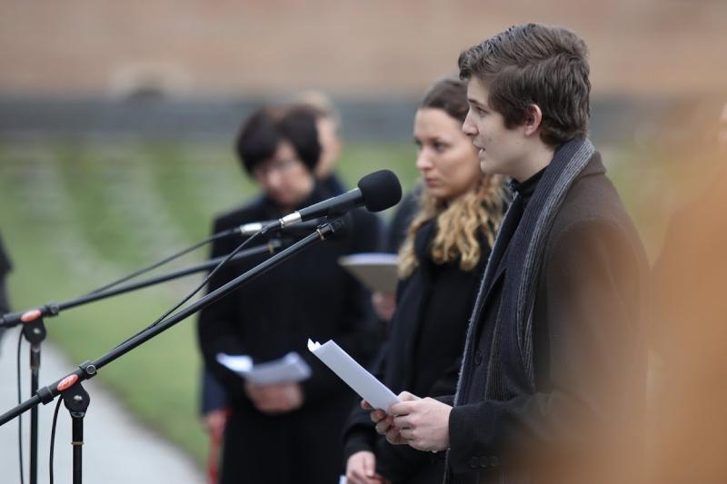 Studenti z gymnázia Friedricha Schillera v Pirně, připomínka Dne památky obětí holokaustu, Národní hřbitov, Památník Terezín, foto: Radim Nytl.