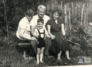 Doris with her son Jan during their visit to the Urban family in 1963, private archive of Doris Grozdanovičová.