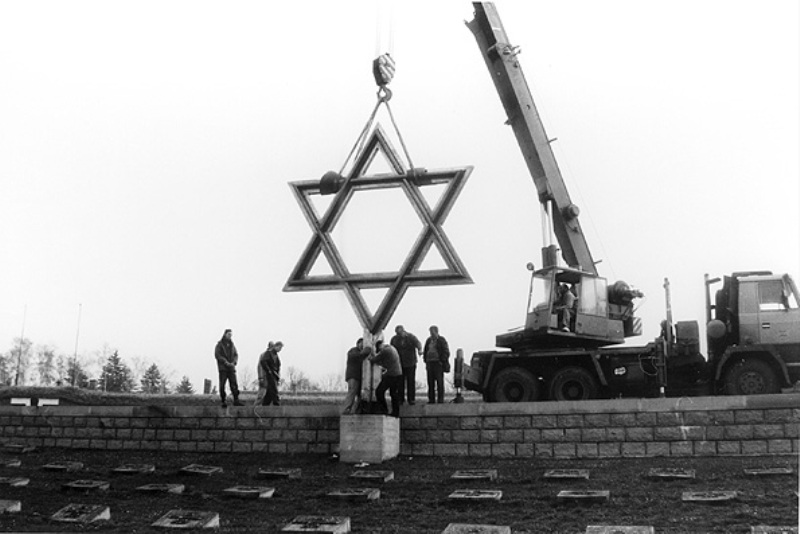 Installation of the Star of David in the National Cemetery, April 1945